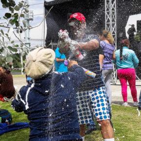 La diversión se manifiesta en forma de espuma y agua. Foto por Babak Fakhamzadeh