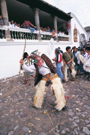 Hombre con traje típico del Carnaval ecuatoriano de la sierra