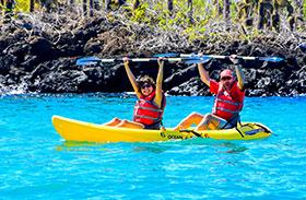Pareja practicando kayak en las Islas Galápagos